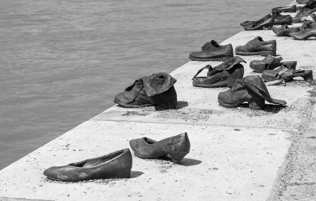 Pomnik Pamięci Ofiar Holokaustu, Buty na brzegu Dunaju