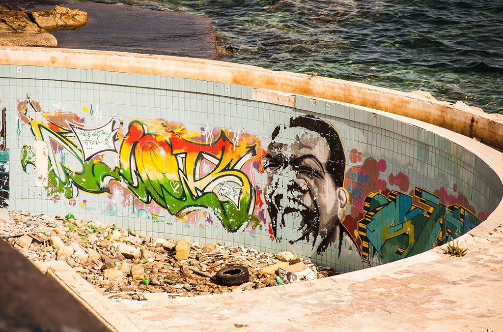 Opuszczony hotel na Malcie, Graffiti