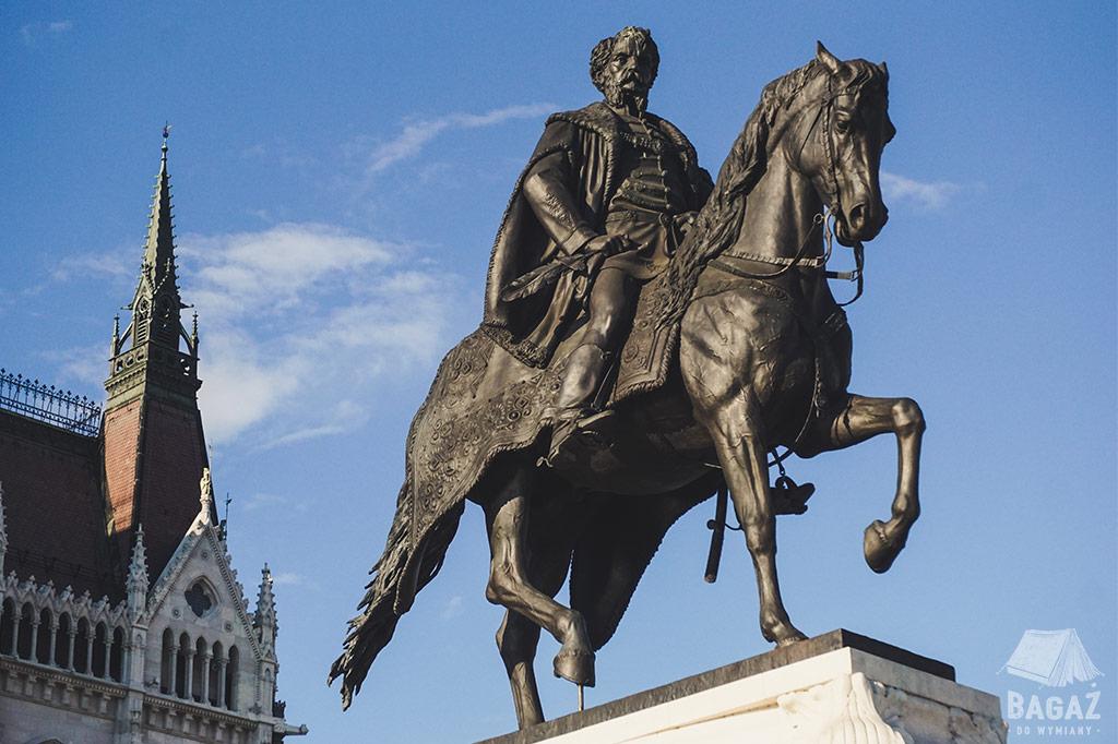 pomnik mężczyzna na koniu