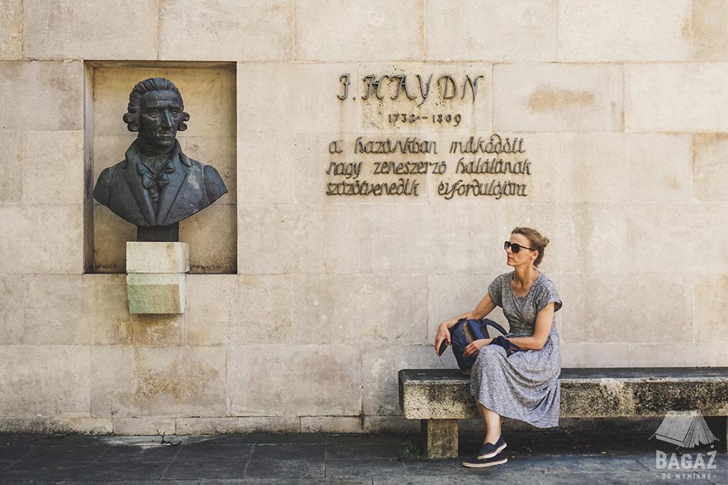 pomnik josepha haydn, ławka, kobieta