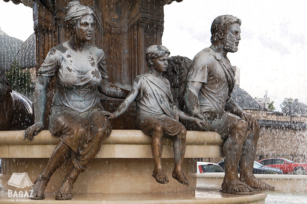 skopje pomnik rodziny fontanna