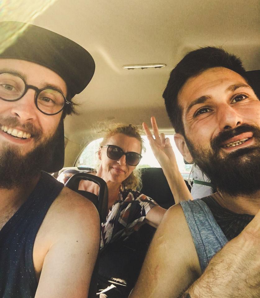3 osoby w samochodzie