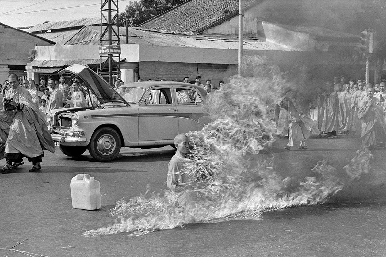 samospalenie buddyjskiego mnicha w proteście wobec dyktatury