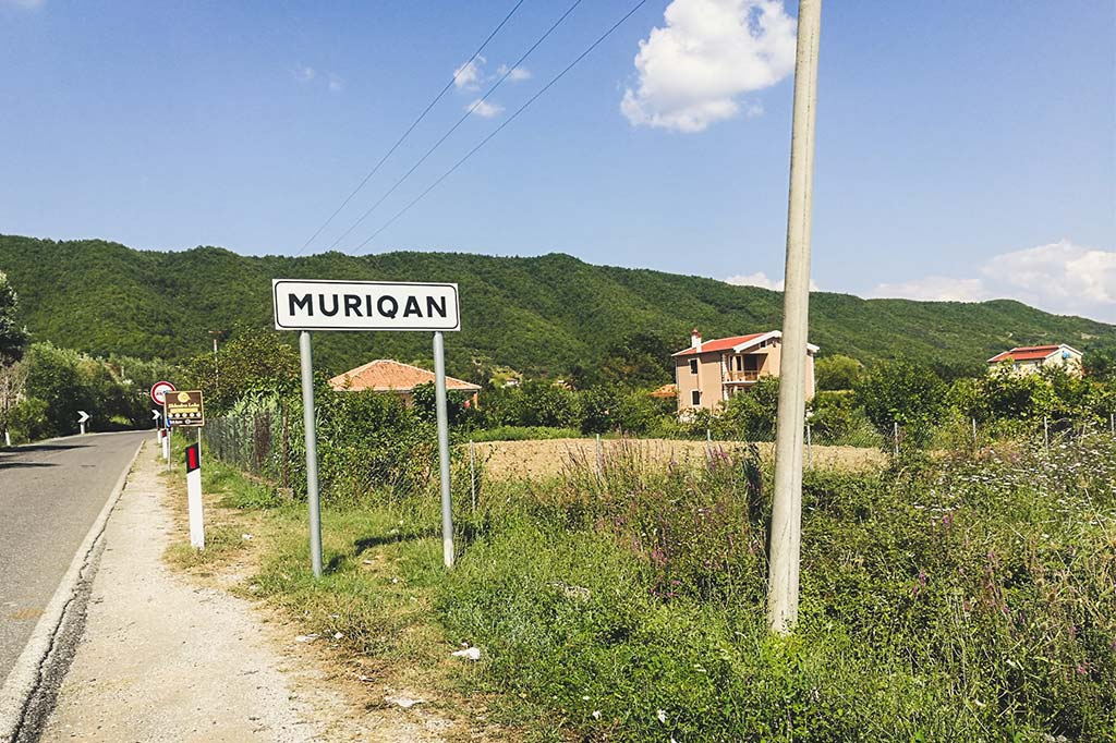 tablica z nazwą miasta Muriqan