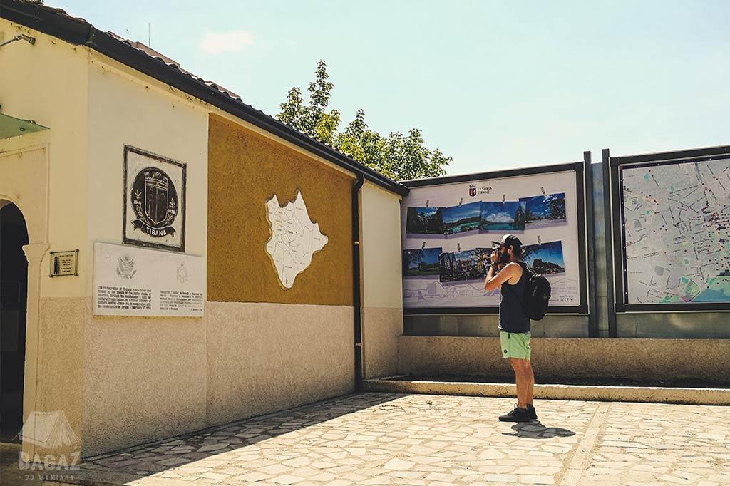 mapa albanii w ścianie budynku