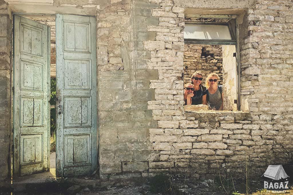 3 kobiety w opuszczonym domu w Albanii