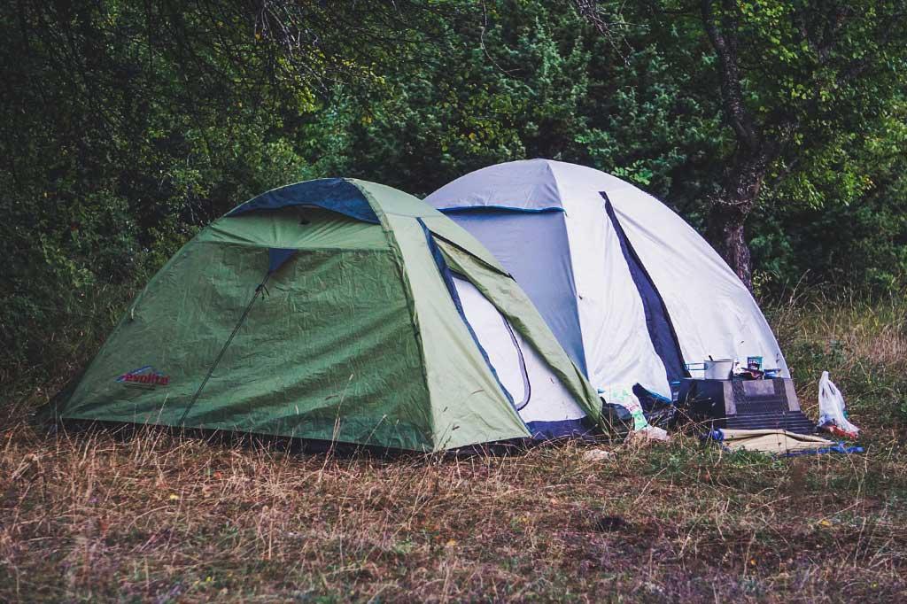 dwa namioty rozbite w macedonii