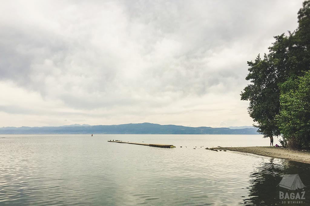 jedna z dzikich plaż przy jeziorze ochrydzkim