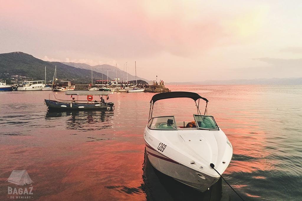 łódź na tle zachodzącego słońca ochryda