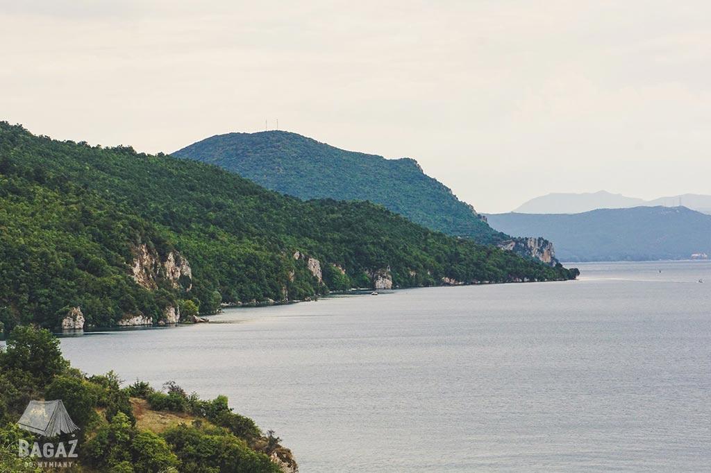 górski krajobraz przy jeziorze ochrydzkim