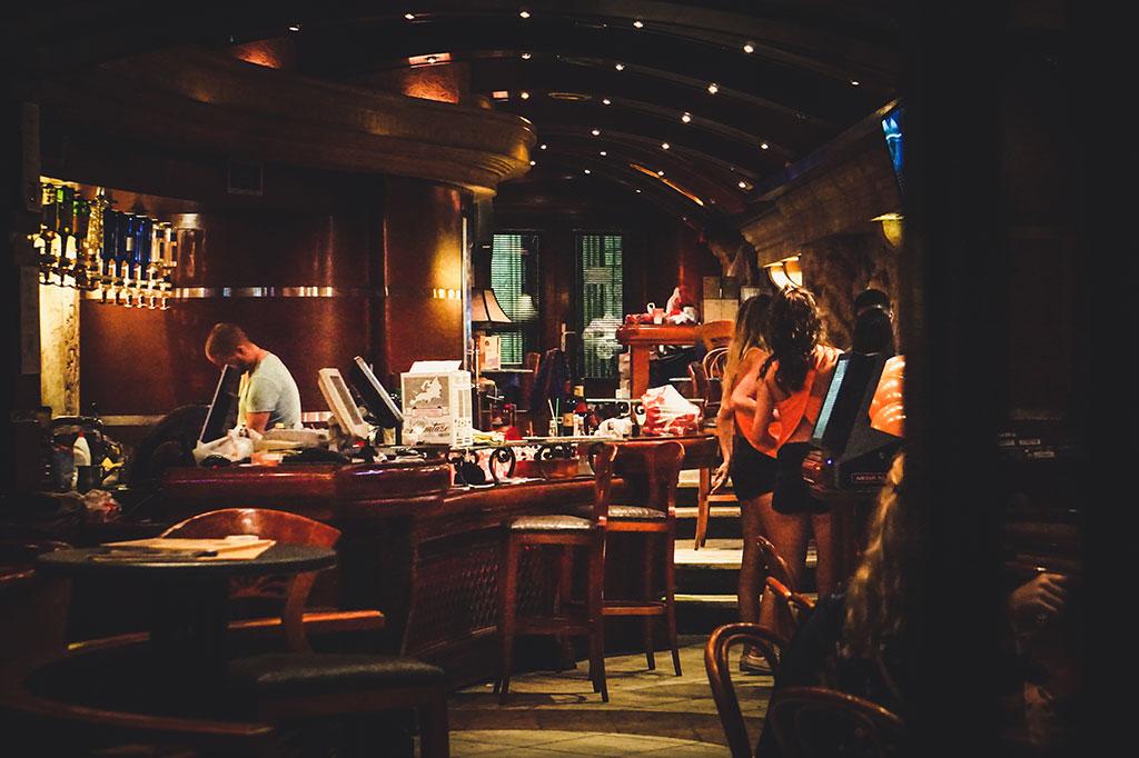 wnętrze baru w centrum kotoru