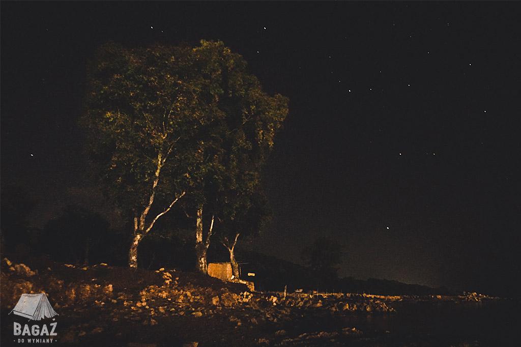 albania dziki kamping nocą