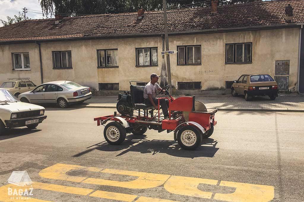 dziwny pojazd na ulicach ochrydy
