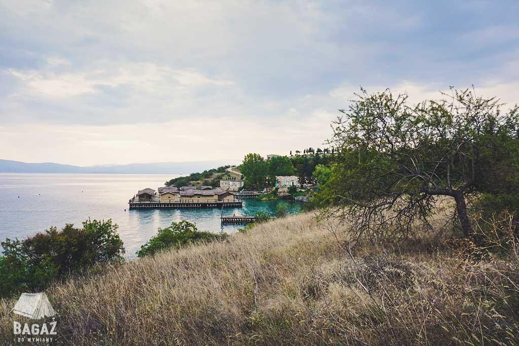 widok na bay of bones w macedonii przy jeziorze ochrydzkim