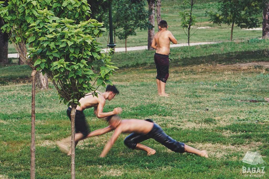 trening oil wrestlingu w parku przy ruinach zamku w Skopje