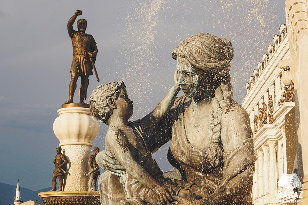 fontanna macierzyństwa i pomnik wojownika w Skopje - stolicy Macedonii