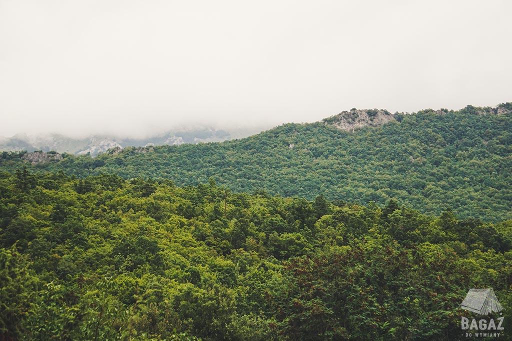 górski krajobraz obok jeziora ochrydzkiego