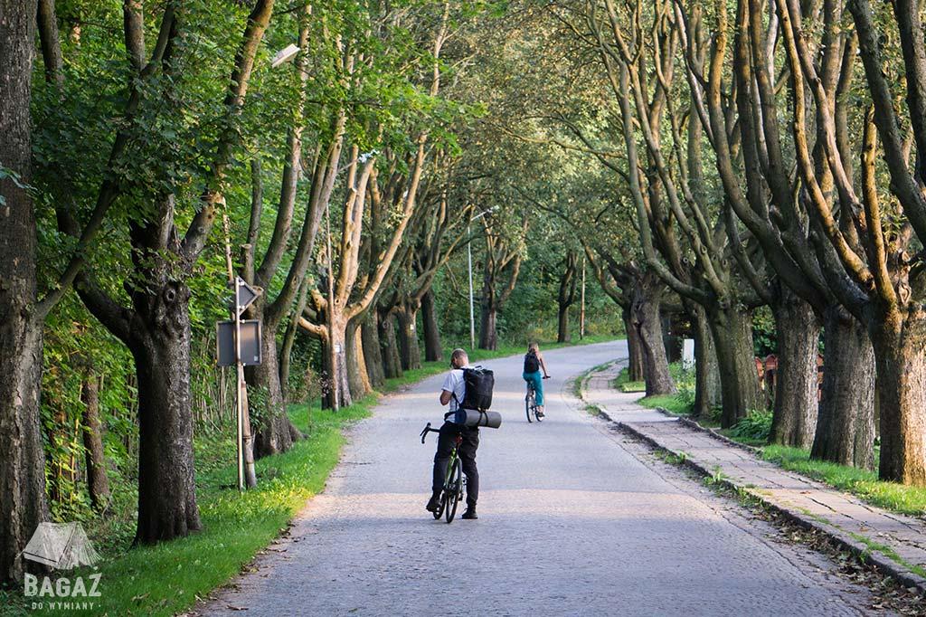 dwóch rowerzystów na malowniczej uliczce w Miedziance