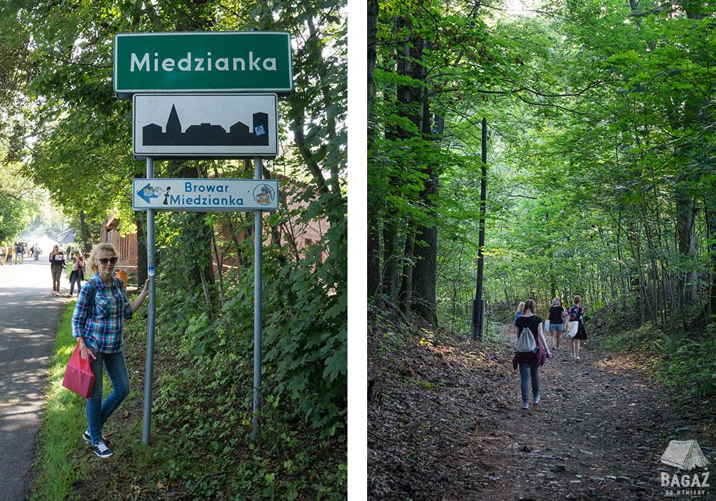 tablica miejska Miedzianki i uczestnicy festiwalu reportażu spacerujący po okolicznych lasach