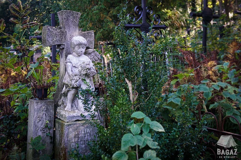 pomnik dziecka na cmentarzu łyczakowskim we lwowie