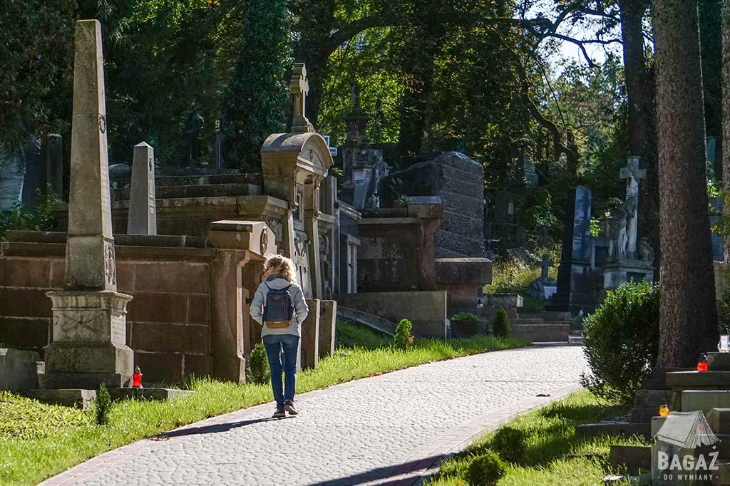 kobieta spacerująca po cmentarzu we lwowie
