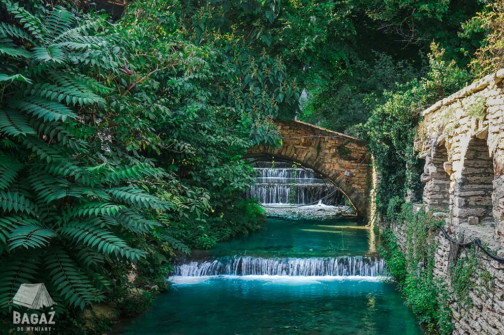 ogród królowej Marii Koburg z wodospadami i kamiennym pomostem w bułgarskim Bałcziku