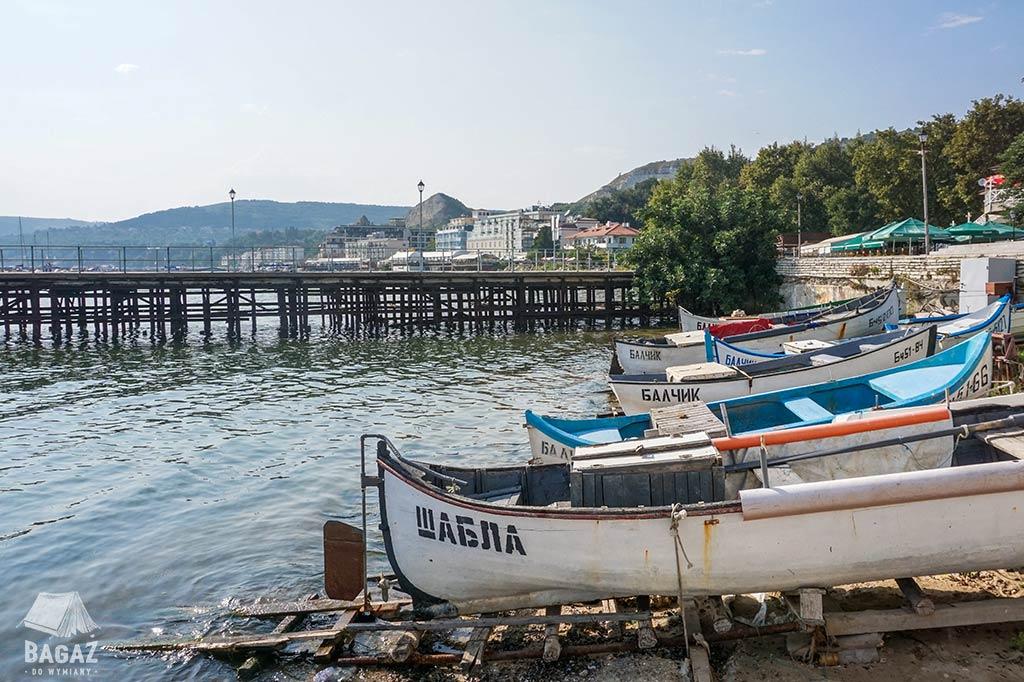 drewniane łodzie rybackie przy brzegu Morza Czarnego, Bałczik