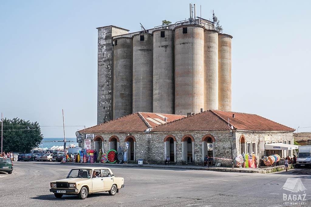 nieużywane silosy zbożowe w nadmorskiej miejscowości Bałczik w Bułgarii