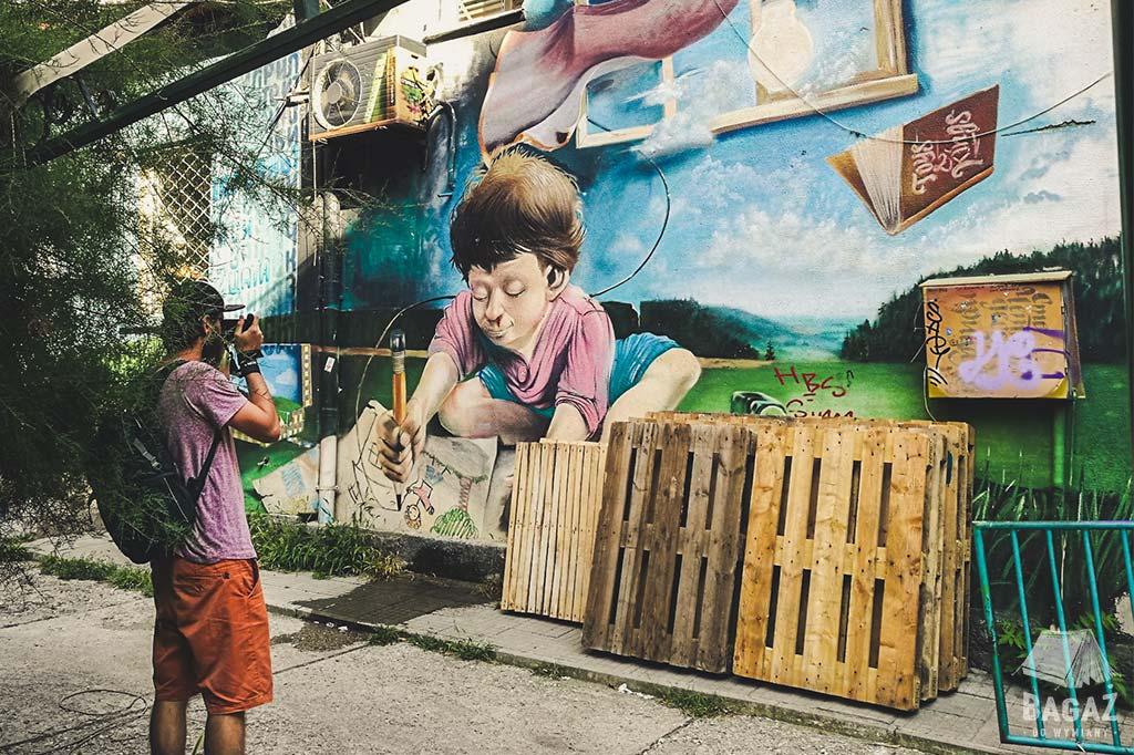 mural przedstawiający rysujące dziecko w Sofii w Bułgarii