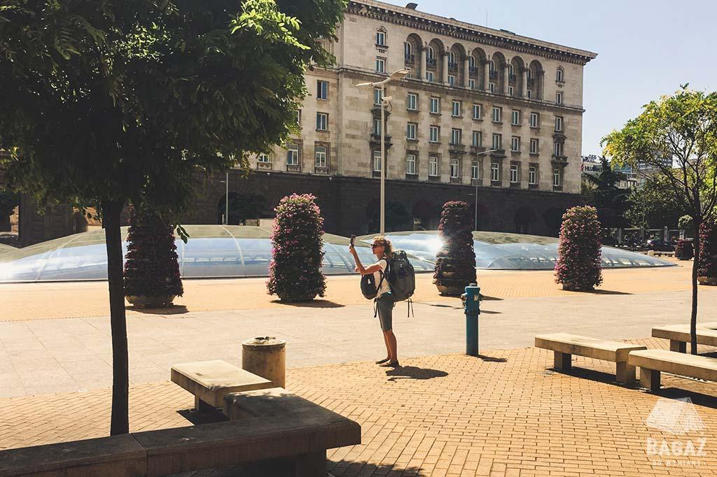 turysta robiący zdjęcie w stolicy Bułgarii
