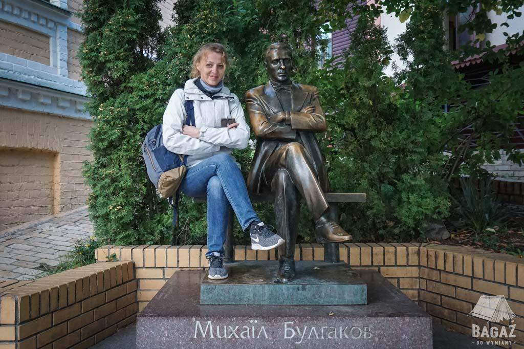pomnik ławka z Michaiłem Bułhakowem w Kijowie przed domem pisarza