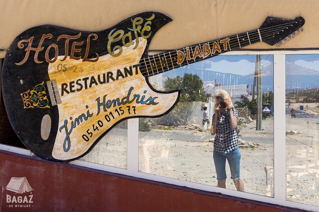 szyld restauracji w diabacie w kształcie gitary Jimiego Hendrixa