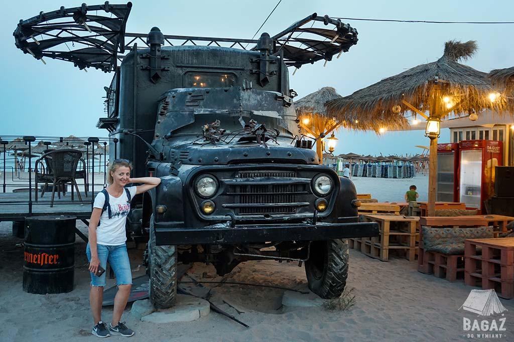 stuningowany wóz bojowy na plaży
