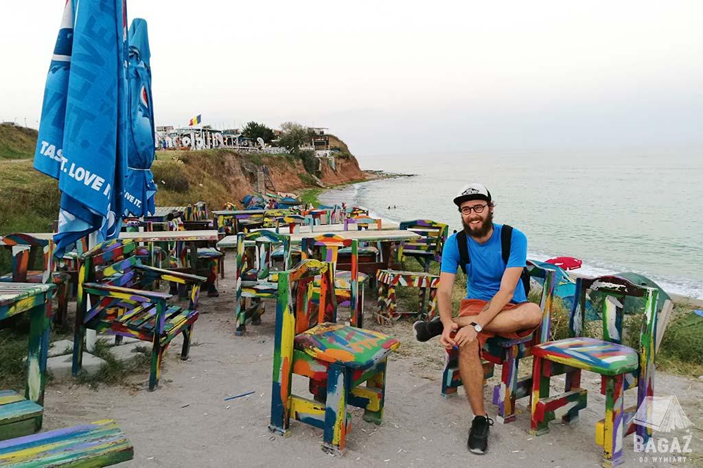 kolorowe krzesła i stoliki przy plaży w rumuńskim vama veche