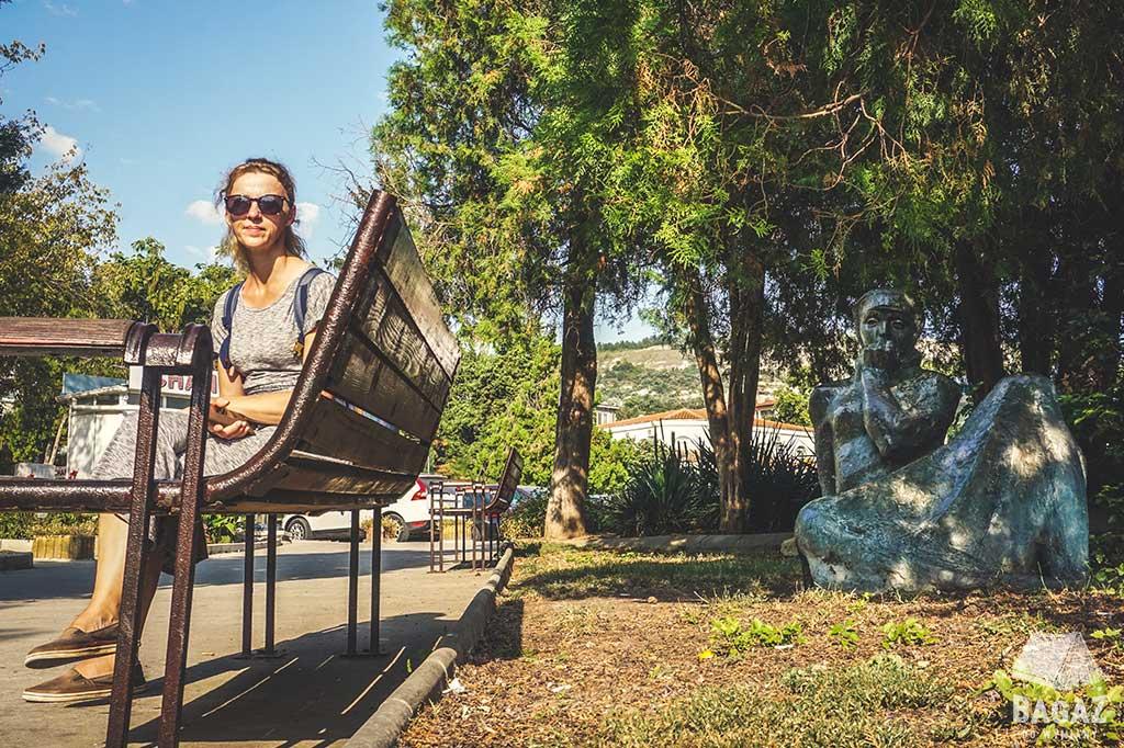 kobieta na ławce w parku