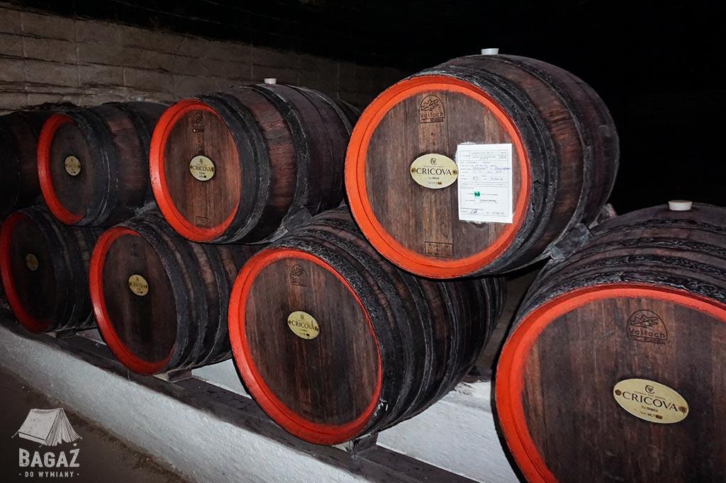 beczki z dojrzewającym winem