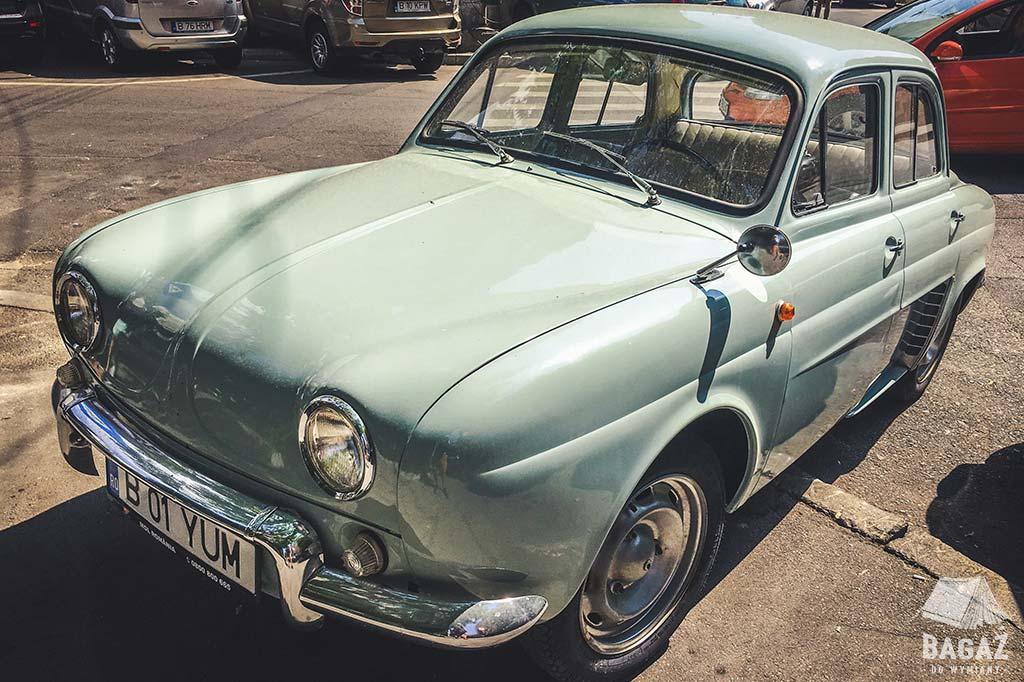 stary samochód na ulicach bukaresztu