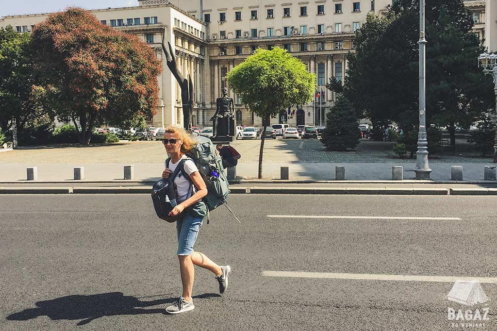 kobieta backpacker w bukareszcie