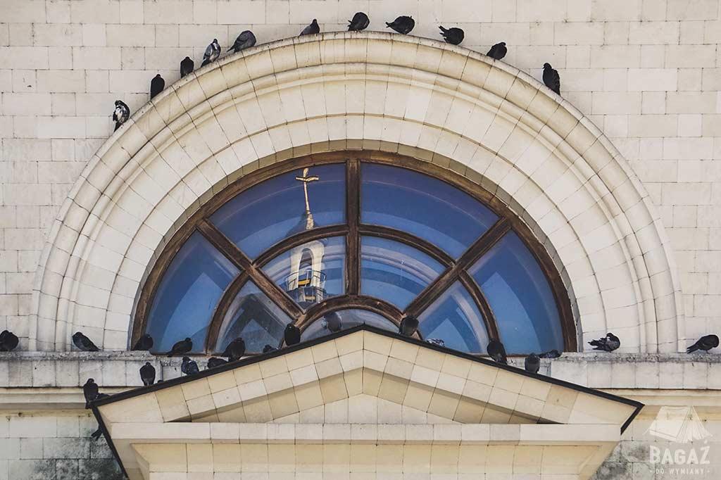 gołębie na oknie kościoła kiszyniów