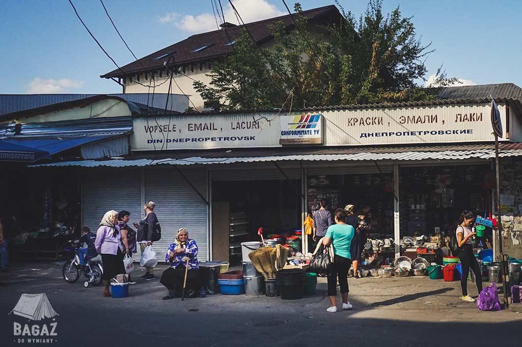ludzie na przystanku autobusowym w kiszyniowie