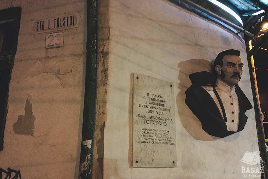 pomnik lwa tołstoja na ścianie budynku w kiszyniowie