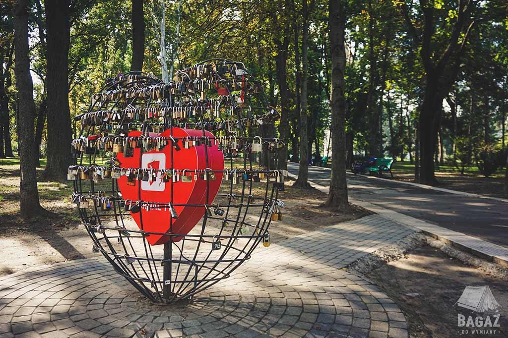 metalowe serce w klatce obwieszone kłódkami