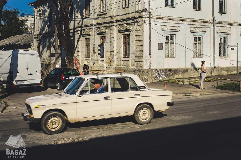 stary samochód na ulicach mołdawii