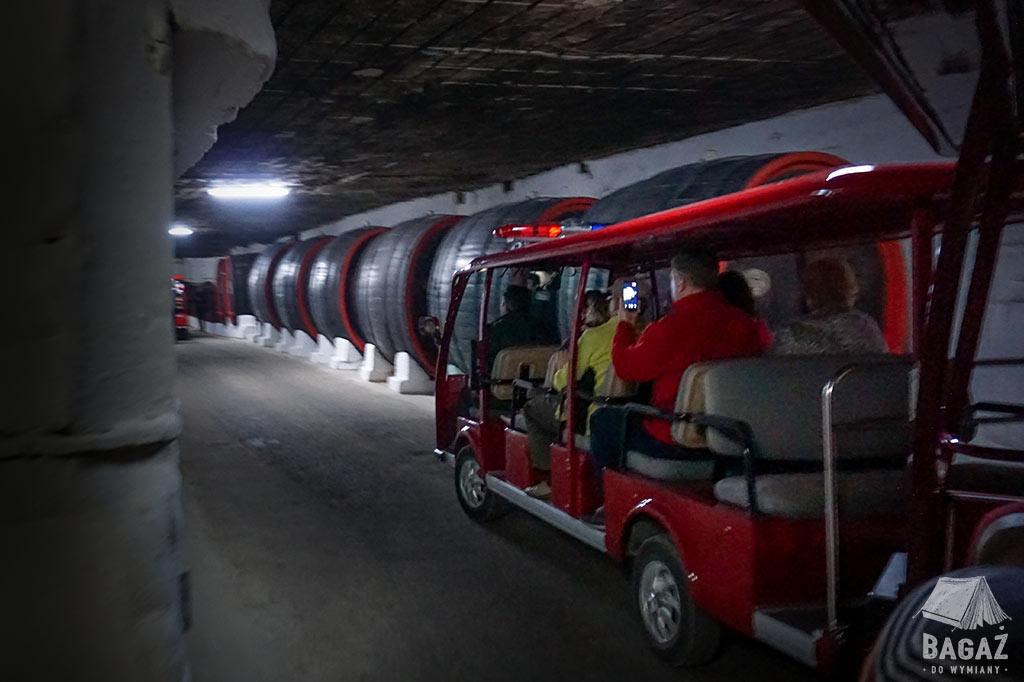 grupa turystów podczas jazdy meleksem w podziemiach winiarni cricova w Mołdawii