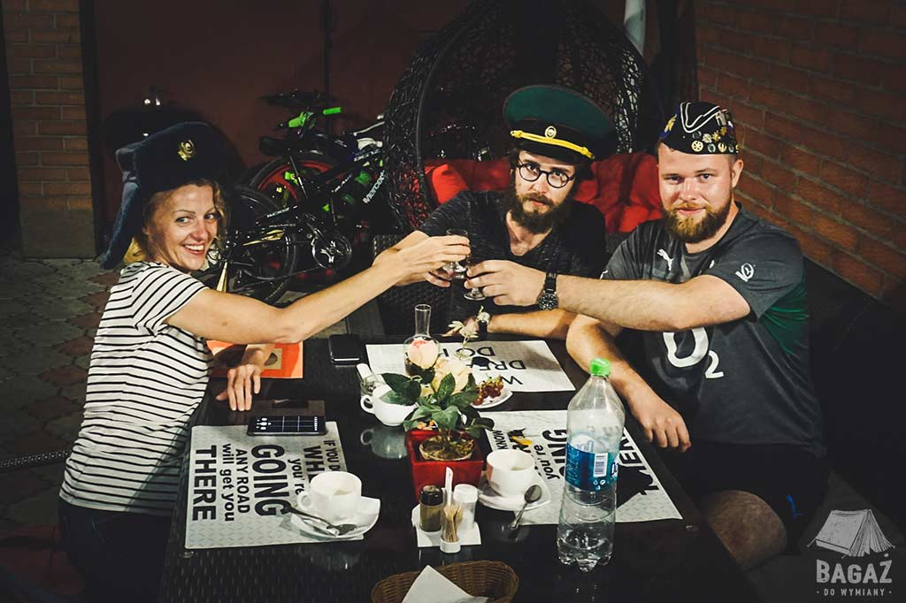 toast wznoszony przez 3 osoby w tyraspolu