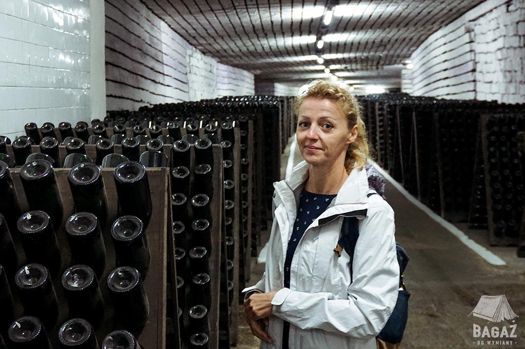 stojaki z winem i turystka w winiarni cricova