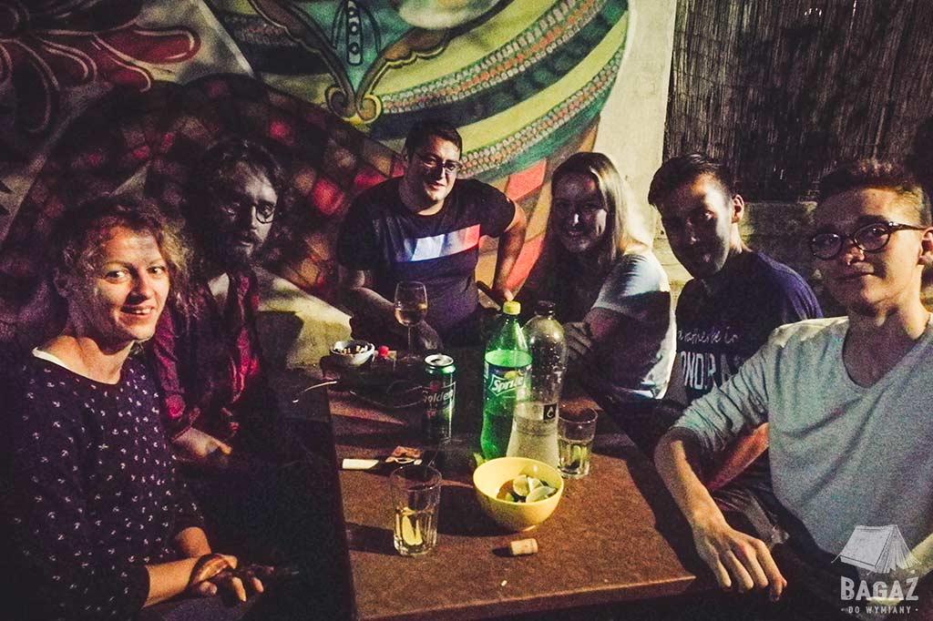 grupa znajomych podczas wieczornego piwkowania w vama veche