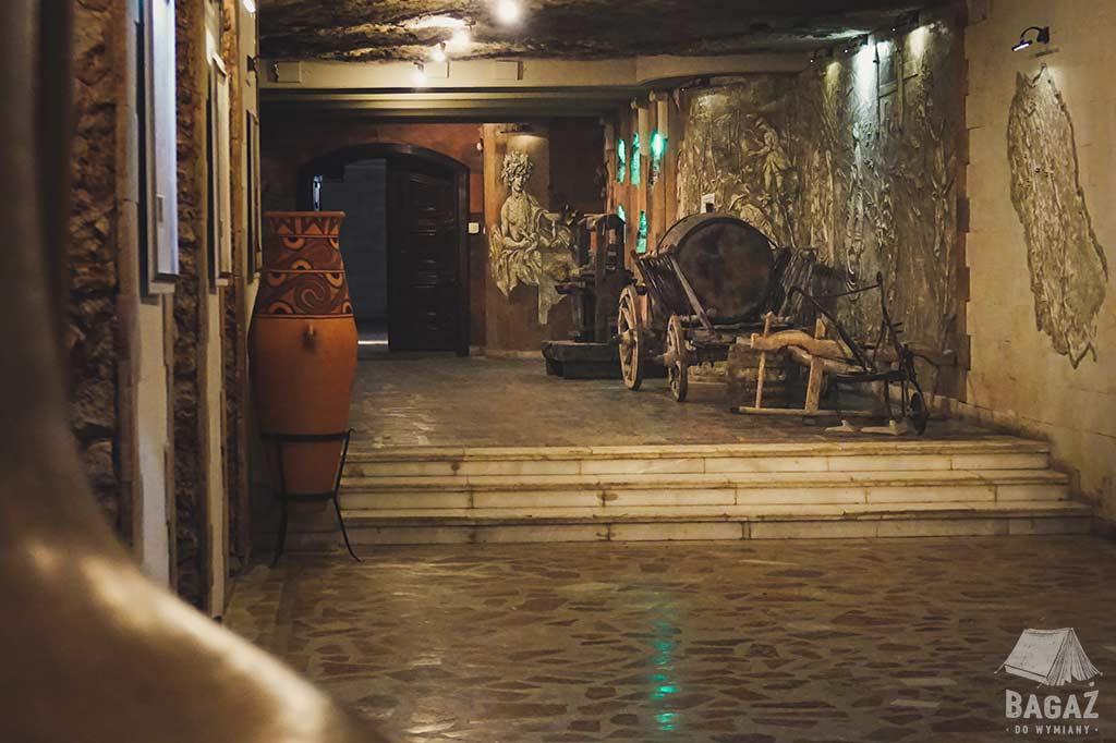 stary drewniany wóz do transportu beczek wina w podziemiach mołdawskiej winnicy