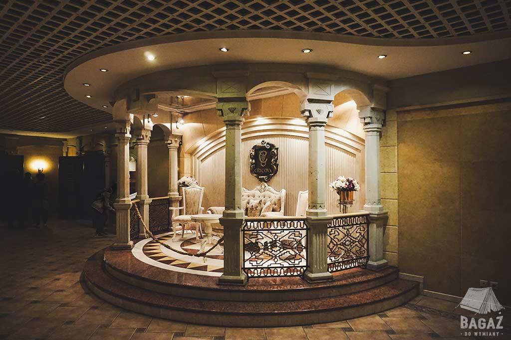 jedno z reprezentacyjnych pomieszczeń winnicy cricova w mołdawii