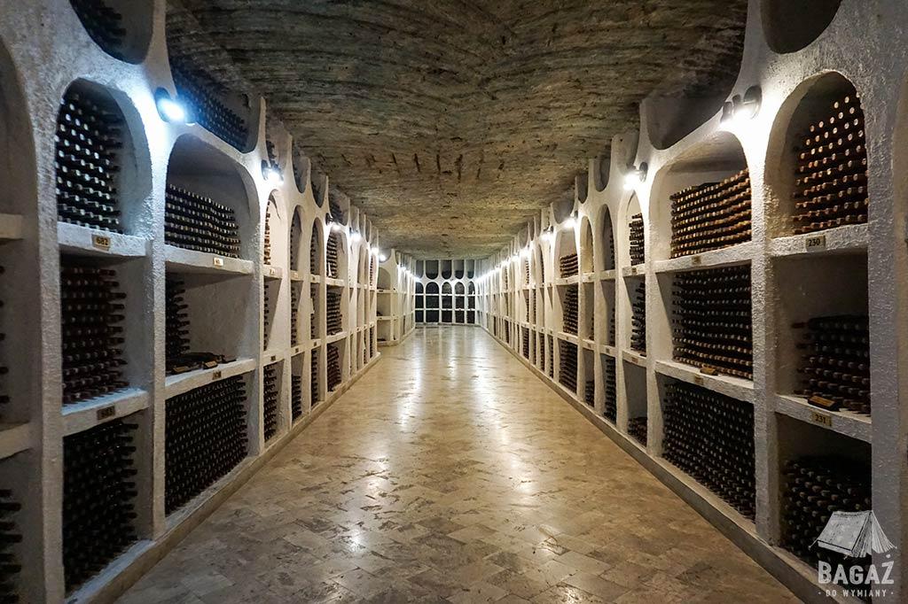 korytarze pełne butelek wina w podziemiach winnicy Cricova